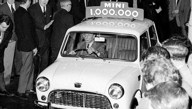 2 februari 1965. Alec Issigonis, ontwerper van de Mini, rijdt de honderdduizendste auto uit de fabriek. Foto EPA Beeld