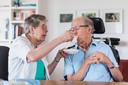 Echtpaar uit Teteringen.Zij is 83 jaar, hij is 90 en lijdt aan Parkinson, de zwaarste indicatie. Maar zij wil per se dat hij thuis blijft wonen en heeft de full time baan daar graag voor over