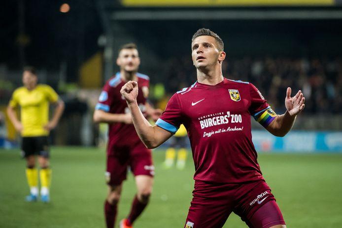 Vitesse-aanvaller Bryan Linssen viert de 1-0 in De Koel tegen VVV Venlo.