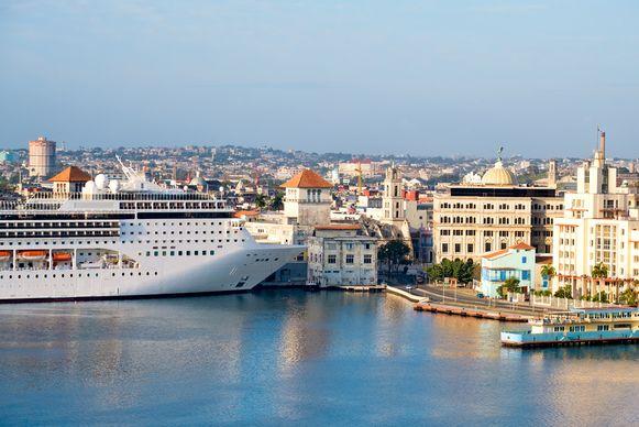 Een luxe cruiseschip in de haven van de Cubaanse hoofdstad Havanna.