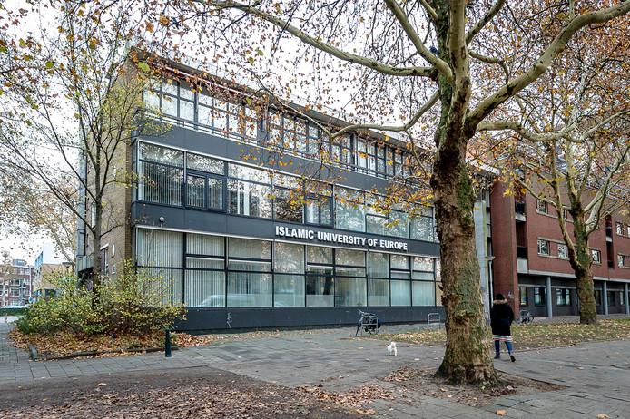 Het voormalige schoolgebouw van de Islamitische Universiteit van Europa aan de Statenweg in Rotterdam. De letters hangen er nog.
