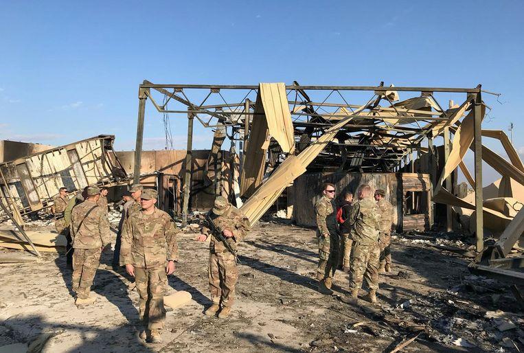 Amerikaanse soldaten op de plek waar een Iraanse raket insloeg op de Ain al-Asad-luchtbasis in Irak.