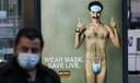 Afgezien van de kleine crew en cast is niemand in de film ervan op de hoogte dat Borat niet echt is.