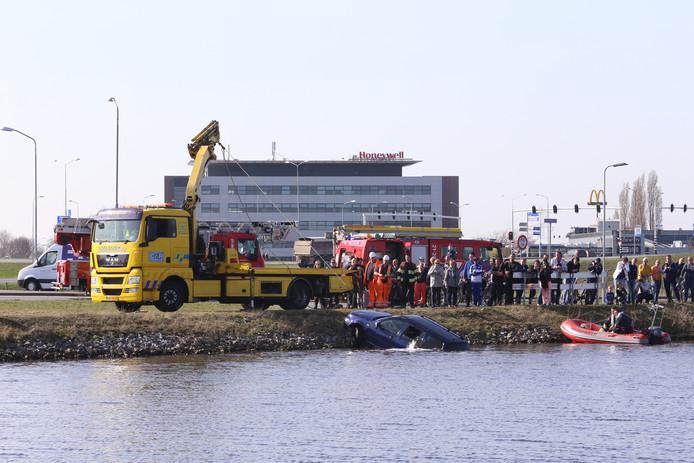De auto wordt uit het Máximakanaal getakeld.