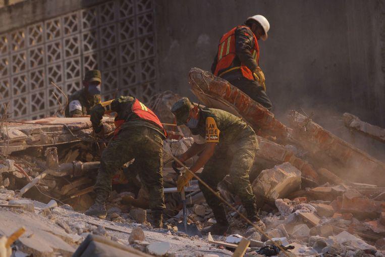 Reddingswerkers zoeken in Mexico-Stad naar overlevenden van de aardbeving. Beeld EPA