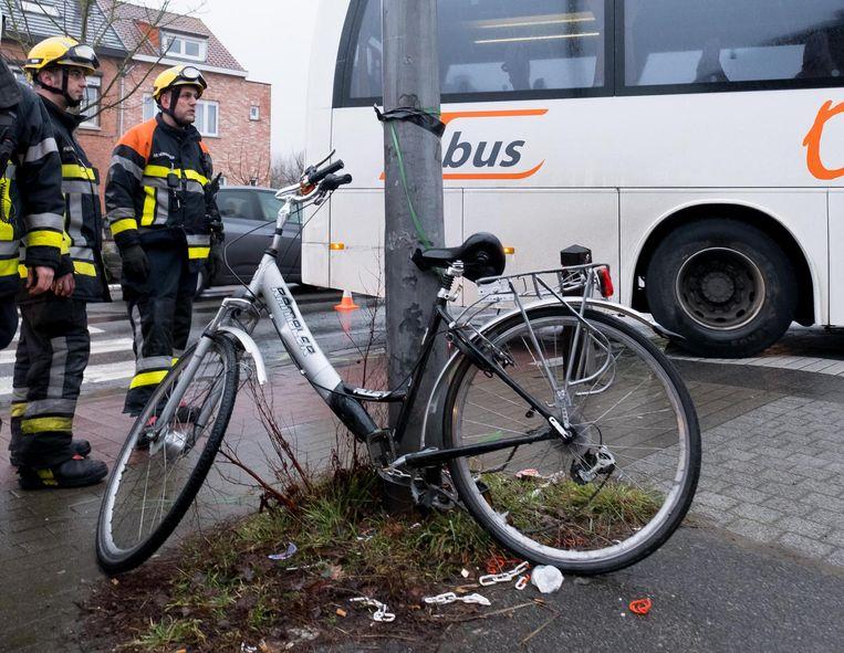 De verwrongen fiets van de aangereden tiener.