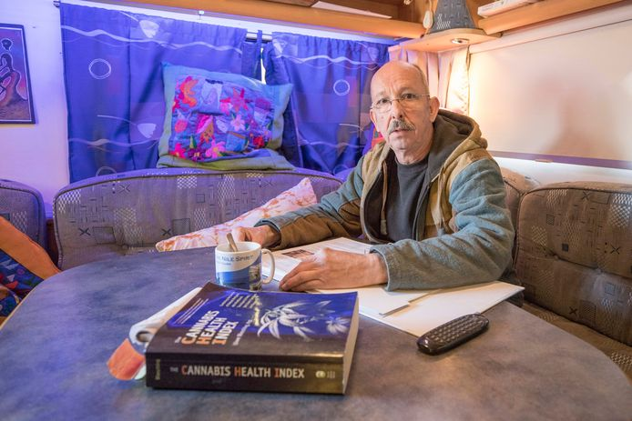 Patrick Matthee in zijn camper die in de tuin staat