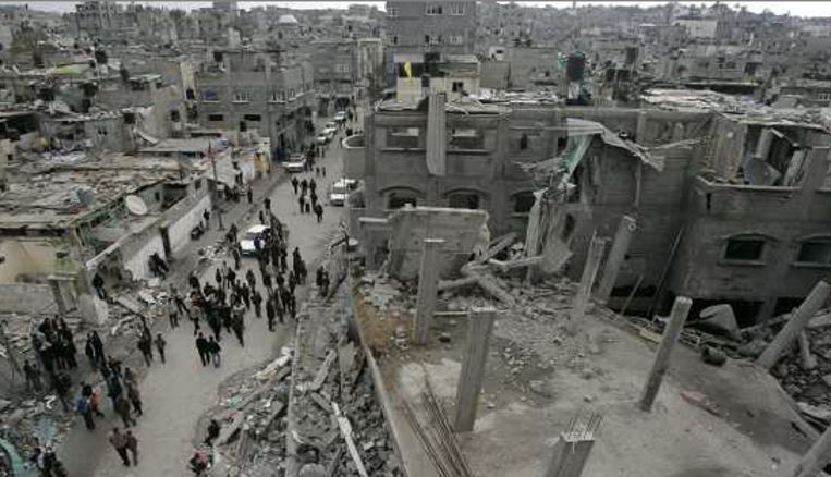 Palestijnen verzamelen zich rond een verwoest gebouw in Jebaliya. (AP) Beeld