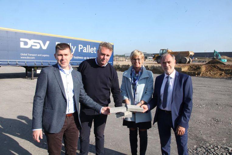 Arno Van Berlo (senior manager Group Property ), Luk Beke (Global Estate Group), burgemeester Martine Fournier en Luk Thieuw (DSV) mochten de eerste stenen van het distributiecentrum leggen.