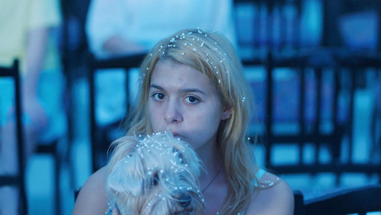 Sara Luna Zorić als Alma, die in haar eentje naar Bosnië afreist.