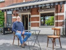 Daar in het kleinste café van Breda... reserveren de stamgasten alvast een barkruk