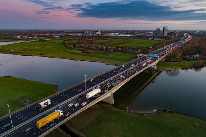 Drukte tijdens de dinsdagochtendspits op de A28 richting Zwolle. Had de snelweg beter verderop nabij Zalk de IJssel over kunnen steken in plaats van hier?