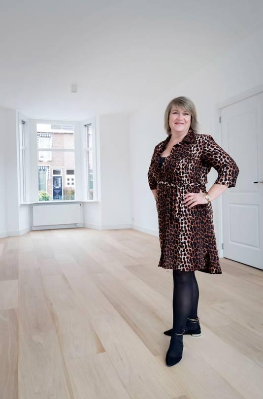 """Kim Martens in haar nieuwe huis aan de Poolseweg in Breda. ,,DeWOZ-waarde van ons huis houdt ons niet zo bezig. Ik vind het wel opmerkelijk dat die waarde bijna altijd lager ligt dan de verkoopwaarde."""""""