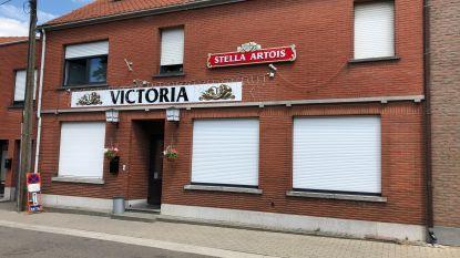 Meerbekenaren moeten vanaf nu naar een andere gemeente voor een frisse pint: Junus en Michaela sluiten met Victoria enige café van het dorp