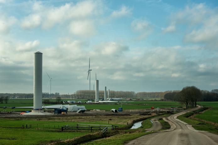 Op het Windpark Deil bij knooppunt Deil worden elf windmolens gebouwd door ontwikkelaars Raedthuys en Yard en burgerwindcoöperatie West-Betuwe.
