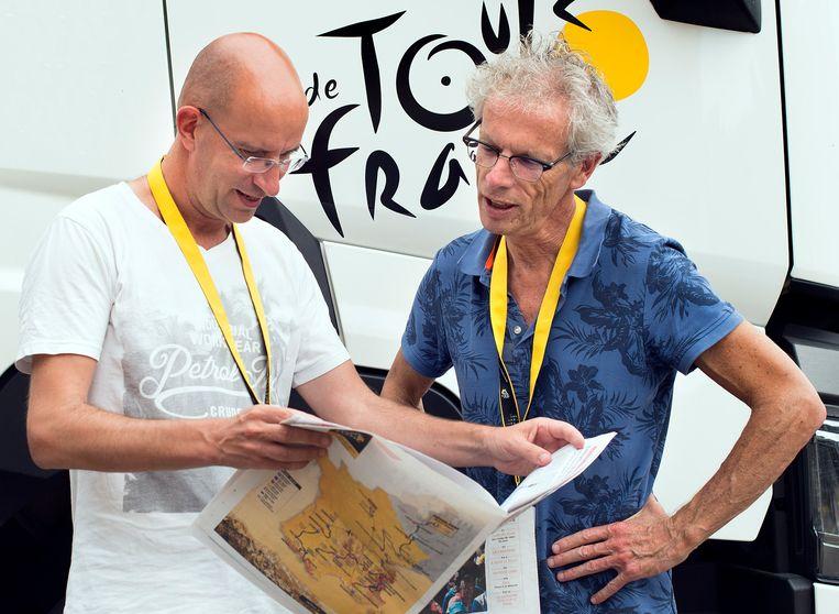 Sportverslaggevers Iwan Tol ( links) en Rob Gollin bij de Tour de France 2017 Beeld Klaas Jan van der Weij