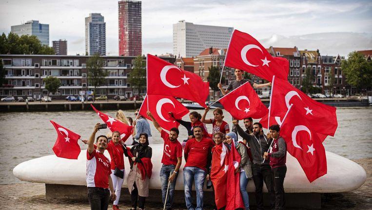 Nederlandse Turken betogen bij de Erasmusbrug in Rotterdam tegen de mislukte staatsgreep in Turkije, 16 juli 2016. Beeld anp