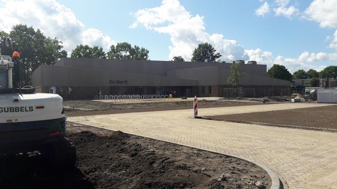 Het voorterrein van de nieuwe sporthal in Kaatsheuvel is grotendeels gereed. Het moet nog wel helemaal aangeplant worden.