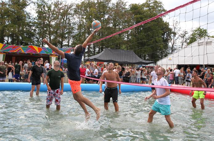 Hoogstaand spel tijdens het watervolleybal in Empe.