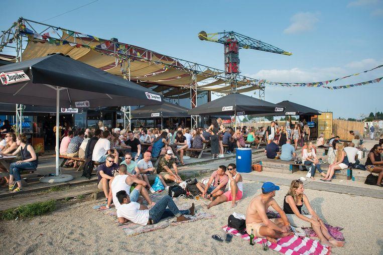 Lekker zonnen op het stadsstrand bij Pllek is deze week ook een optie Beeld Mats van Soolingen