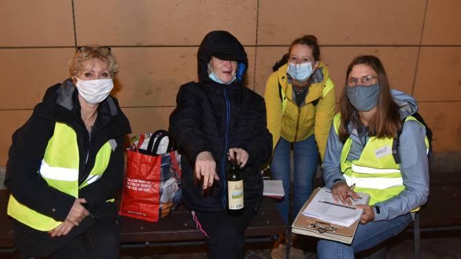 """""""Een dak vinden, trouwen en kinderen krijgen, dat is wat ik wil"""": vrijwilligers interviewen Brusselse daklozen om hen sneller aan een woning te kunnen helpen"""
