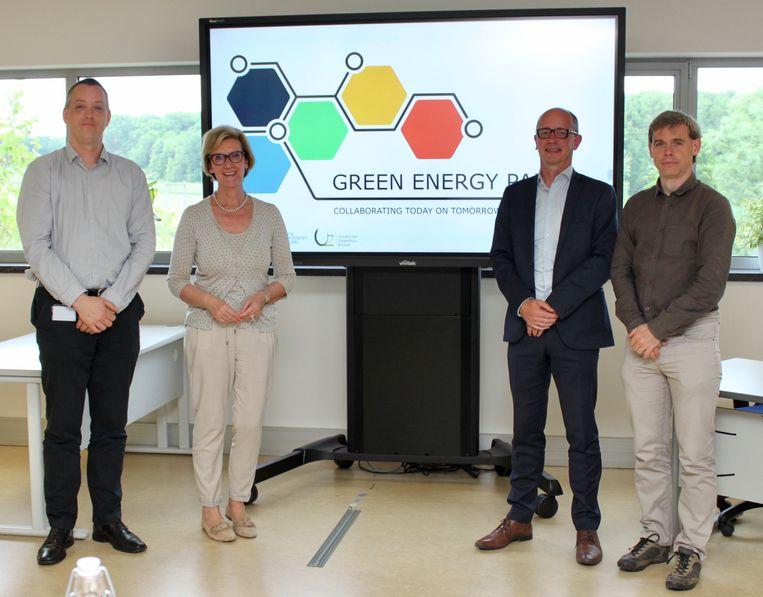 Op de foto (van links naar rechts): Jimmy Van Moer (Manager Energie en Technische Innovatie, UZ Brussel), Ann Schevenels (gedeputeerde voor economie, Provincie Vlaams-Brabant), Nic Van Craen (Algemeen beheerder, VUB) en Frederik Loeckx (Directeur, Flux 50)