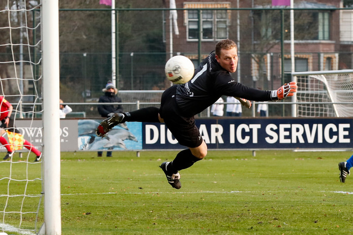 Doelman Johan Jansen van GVVV (hier tegen HFC) speelde tegen Kozakken Boys zijn 250ste wedstrijd voor GVVV.