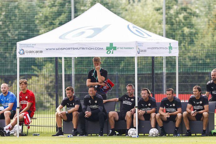 Roger Schmidt kijkt toe met de technische staf tijdens de oefenwedstrijd tegen KFC Uerdingen.