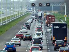 Ongeluk bij Vaassen zorgt voor forse vertraging op A50; ook rond Deventer staat het weer vast
