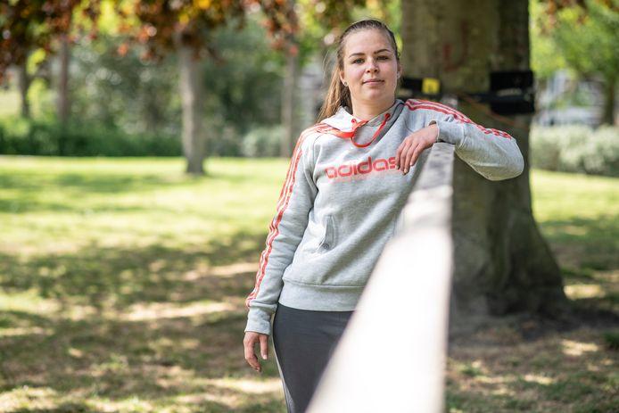 Fem kreeg in het Kronenburgerpark een bekeuring tijdens het slacklinen.