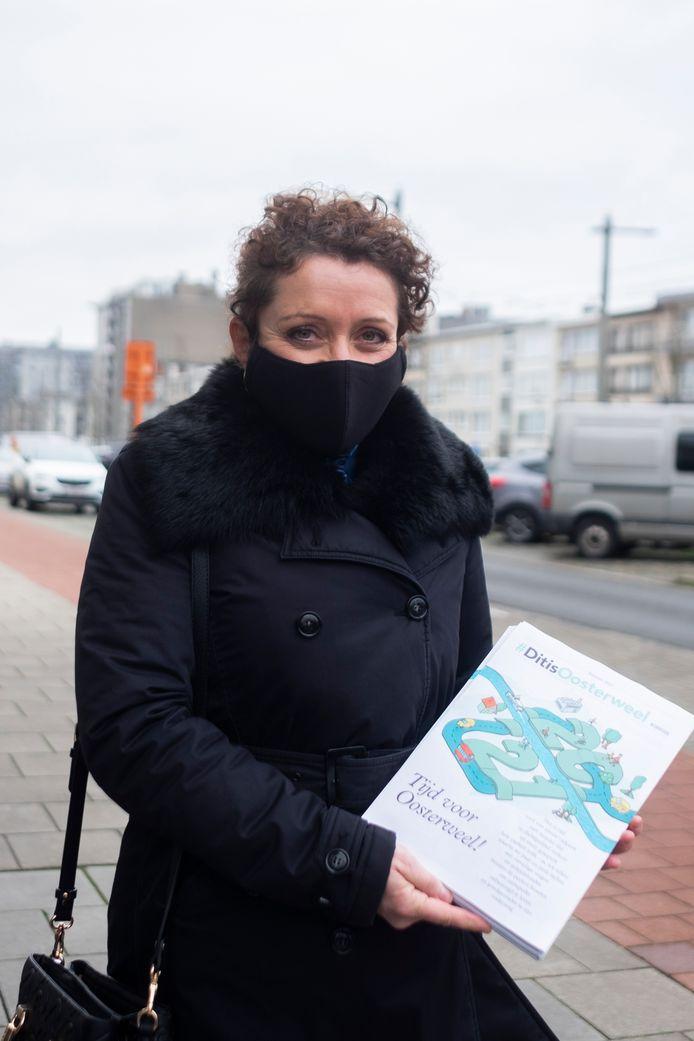 Minister Lydia Peeters toont het Oosterweelkrantje, waarvan er 300.000 zullen worden gebust.