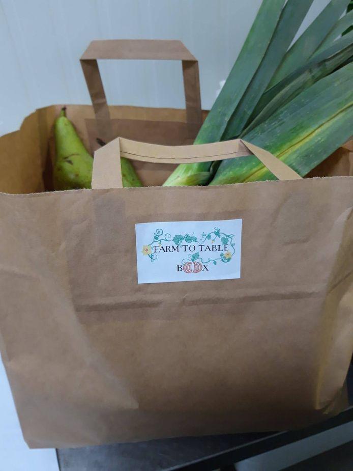 een box met onder meer groenten en fruit