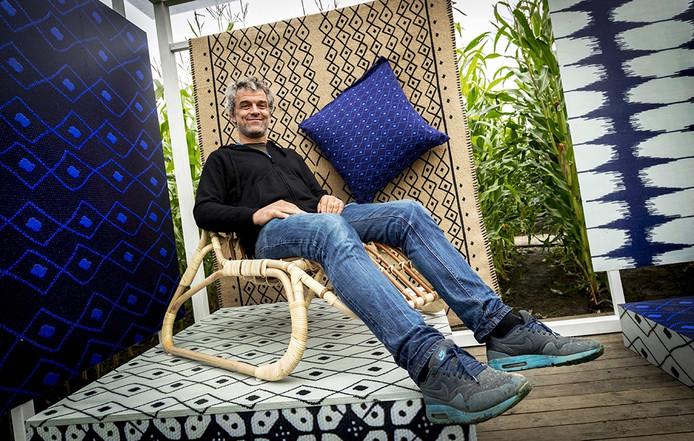 Piet Hein Eek op een van zijn IKEA-ontwerpen die binnenkort te koop zijn.