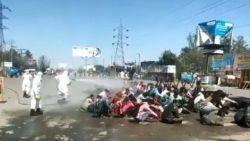 Angst is een slechte raadgever: ophef over 'chemische douche' voor groep arbeidsmigranten in India
