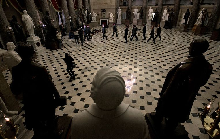 John Boehner en zijn gevolg zijn onderweg naar het Huis van Afgevaardigden voor de cruciale stemming. Beeld afp