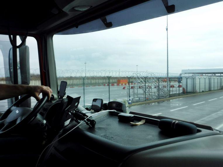 De hekken met prikkeldraad bij Calais.  Beeld Romana Abels