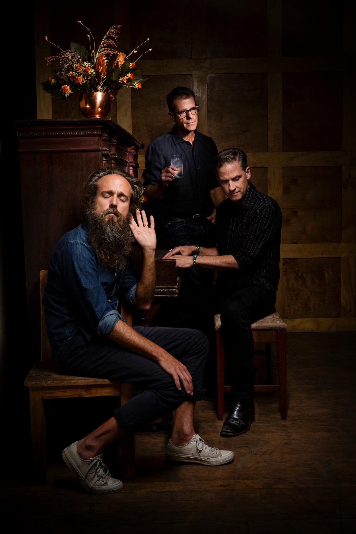 Sam Beam, John Convertino (met bril) en Joey Burns brachten samen het album Years to Burn uit.