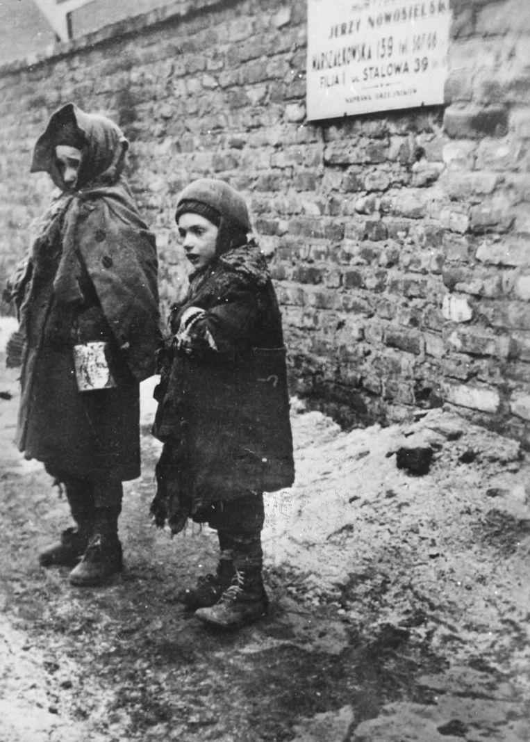 Kinderen in het Getto van Warschau op een archieffoto uit 1939. Beeld ANP