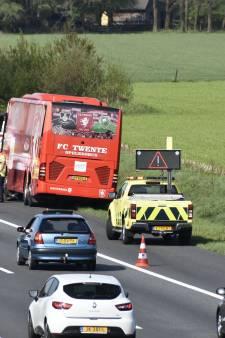 Grapje Pusic komt uit: spelersbus FC Twente met pech langs de weg