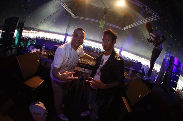 Jordy Sinay (rechts) met dj Irwan bij een feest in Maarssen.