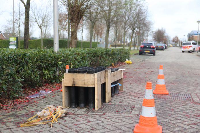 Etten-Leur - In de nieuwjaarsnacht van 2018 zijn meerdere auto's en woningen in de Vinkenbroek zwaar beschadigd geraakt door zeer zwaar vuurwerk dat in een vuurkorf is gegooid.
