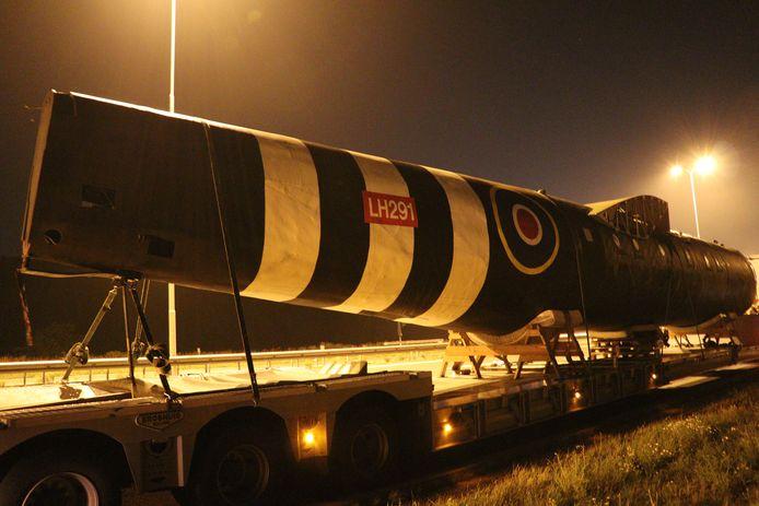 Vrachtwagen van Defensie strand met uniek vliegtuig op A28 bij Utrecht