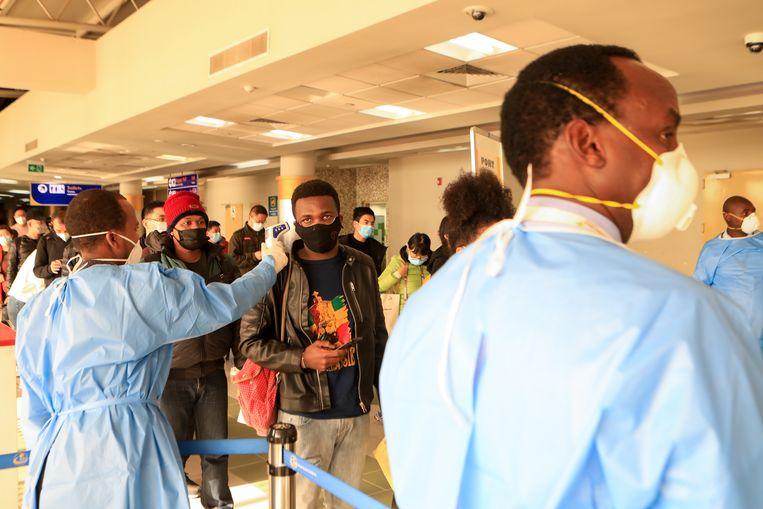 Screening van passagiers uit China op Jomo Kenyatta International Airport in Nairobi, Kenia. Beeld EPA