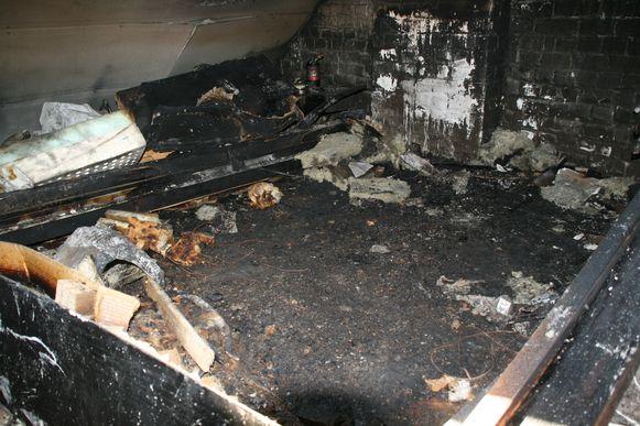 Van de zolderkamer, waar de brand uitbrak, blijft niks meer over.
