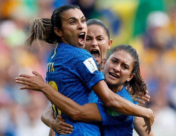 Marta viert met haar ploeggenotes.
