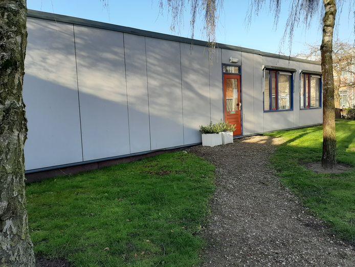 De achteringang van de huisartsenpraktijk van Roelofsen en Peterse. Deze ingang is gereserveerd voor potentiële coronapatiënten.