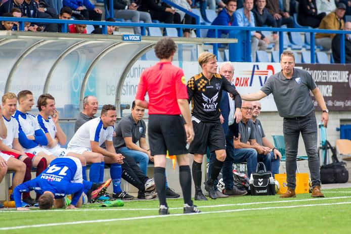 Stefan Muller (rechts), eerder dit seizoen met Woezik in de derby tegen Alverna.