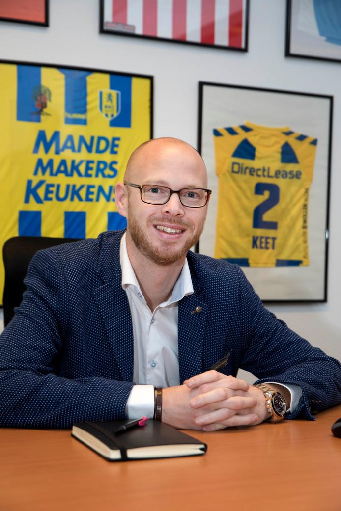 Remco Oversier in zijn kantoor in het Goffertstadion met achter zich een RKC-shirt met de naam en leeftijd van zijn overleden dochter. De eerste wedstrijd die RKC na het overlijden speelde, was tegen NEC in de Goffert. Voor die wedstrijd op 13 september 2014 was er een minuut stilte.