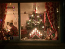 Rond de kerstdagen was het brugwachtershuisje van Teus feestelijk versierd.