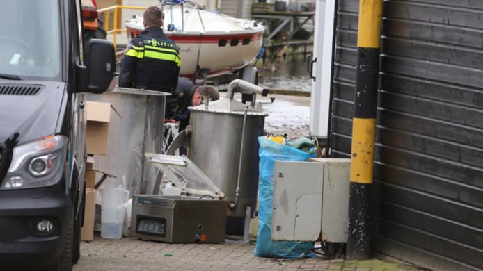 Op het terrein van de jachtwerf staan ketels die worden gebruikt voor de productie van synthetische drugs.
